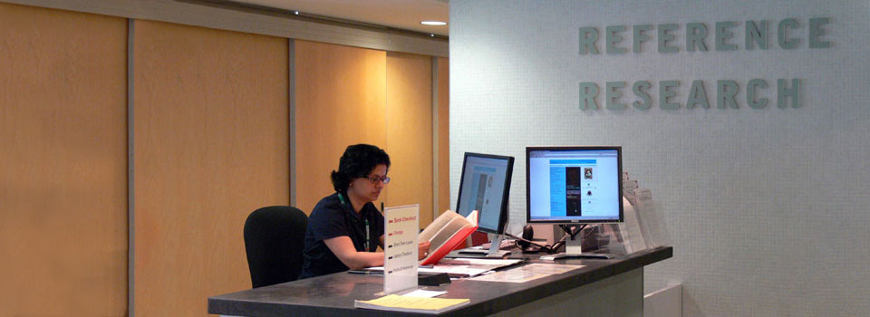 Image depicting the inquiry desk on the main floor, where librarians assist users with research.